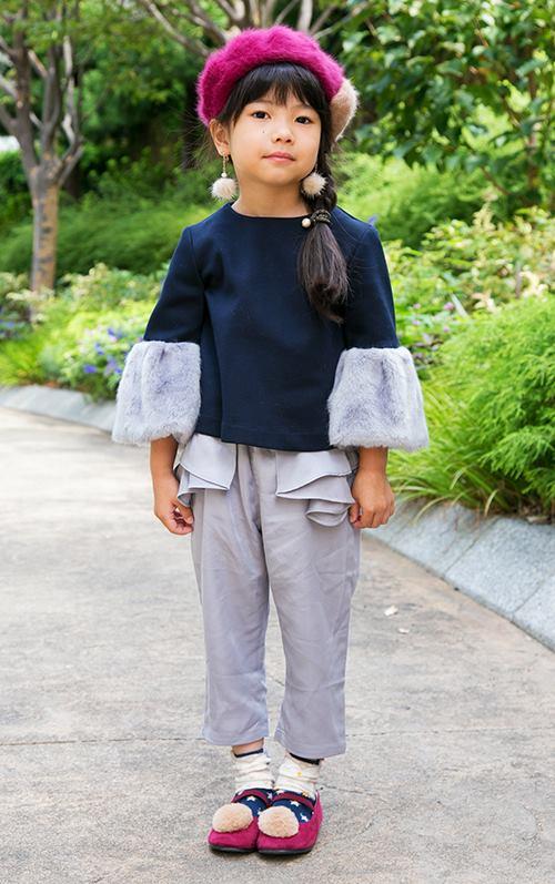kidsはベレー帽やイヤリング、トップスの袖、パンプスにファーを挿して、フェミニンナな雰囲気を満喫して♪