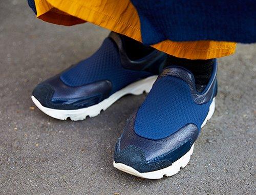 足元にはハイテクスニーカーをチョイス☆<br /> ブルーの色味が挿し色として大活躍♪&#8221; /></p> <p class=
