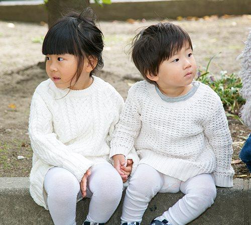 kidsはオールホワイトの清楚なスタイル。<br /> 足元はニューバランスのスニーカーを合わせて抜け感を演出☆&#8221; /></p> <p class=