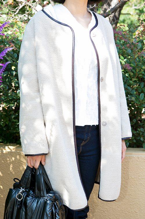 ボア素材のノーカラーコートを羽織るだけでトレンドライクなムードに♡/></p> <p class=