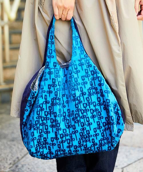 ブルーのバッグが挿し色としてコートにアクセントをプラス◎