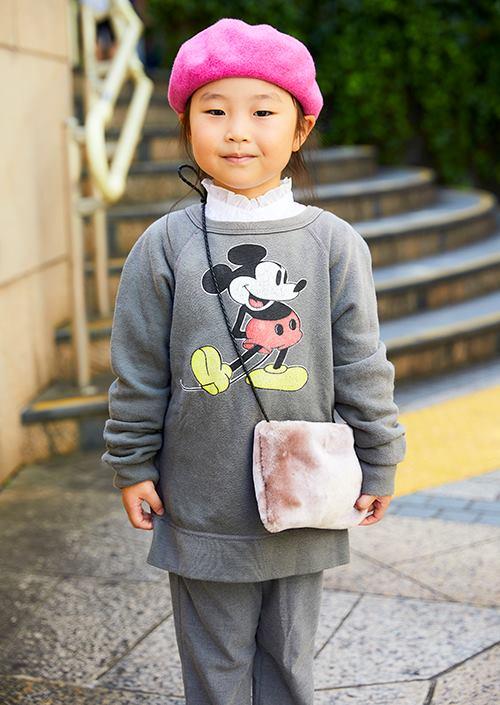 kidsはキャラクタープリントのトップスを選んだカジュアルスタイル。<br /> ピンクのベレー帽とバッグがガーリーなスパイスに♡&#8221; /></p> <p class=