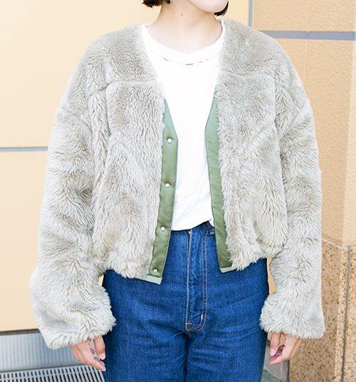 Tシャツ×デニムパンツのシンプルなスタイルも<br /> ファージャケットを羽織るだけで上品なムードに昇華♪/></p> <p class=