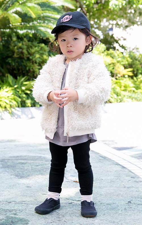 girlはファージャケットを主役にしたガーリースタイル。<br /> キャップやスニーカーを合わせてストリートの要素を注入!&#8221; /></p> <p class=