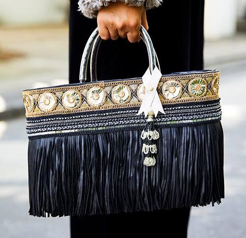黒×ゴールドのフリンジバッグでゴージャスな要素をプラス!