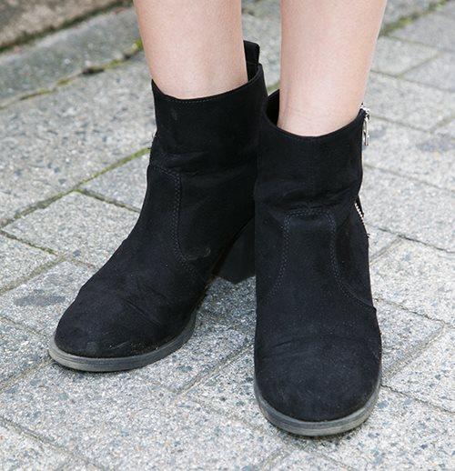 足元は黒のブーツを選んで締まった雰囲気に。