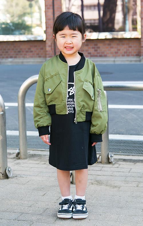 kidsはミリタリージャケットやバンズのスニーカーなどを合わせて、ストリートテイストを満喫♡