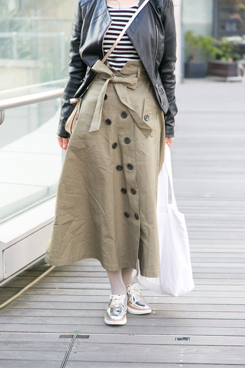 トレンチ風のスカートでマニッシュなテイストに。