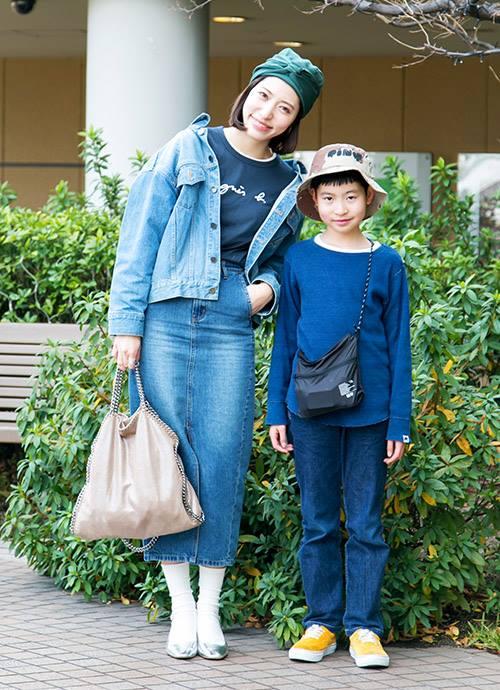 """爽やかなインディゴブルーを親子で仲良くシェア。mamaはペンシルスカートでレディシックなムードにシフト。"""""""