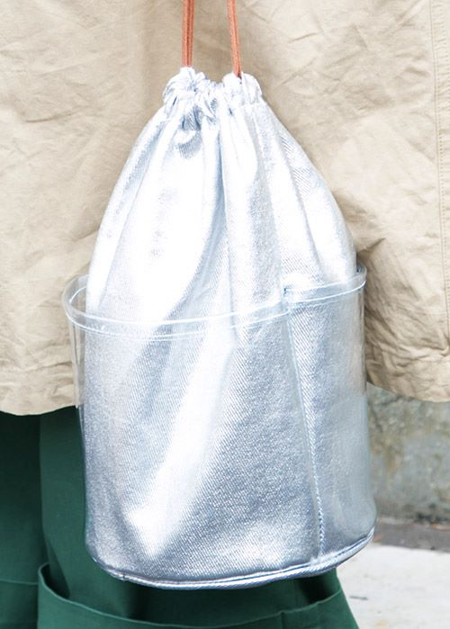 シルバーの巾着バッグをチョイスして、個性をアピール♪/></p> <p class=