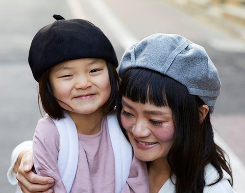 ベレー帽を親子で仲良くシェア♡<br /> それぞれのコーデに個性がある分、帽子はモノトーンで統一して。/></p> <p class=
