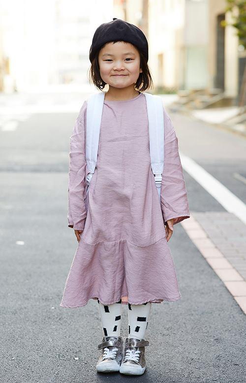 kidsはくすみカラーのワンピースを主役に、ガーリーな雰囲気にまとめ。