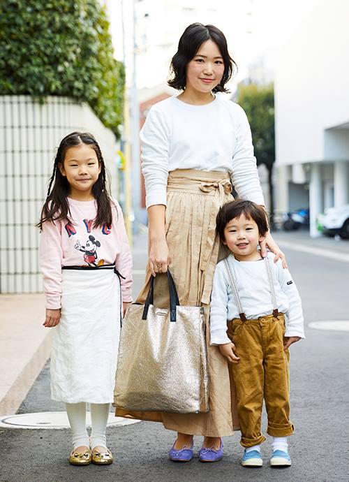 """白×ベージュのベーシックで上品な装い。ゴールドのバッグやパープルのシューズでほどよい味付けを。"""""""