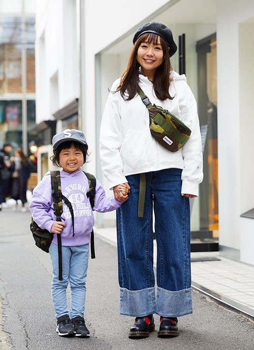 """パーカーやカモフラ柄バッグを親子でシェアしたストリートスタイル。mamaはベレー帽を合わせてこなれ感を演出。"""""""