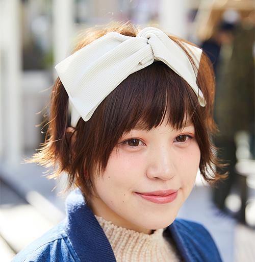 リボンテイストのヘアバンドを合わせれば、たちまちガーリーな雰囲気に。/></p> <p class=