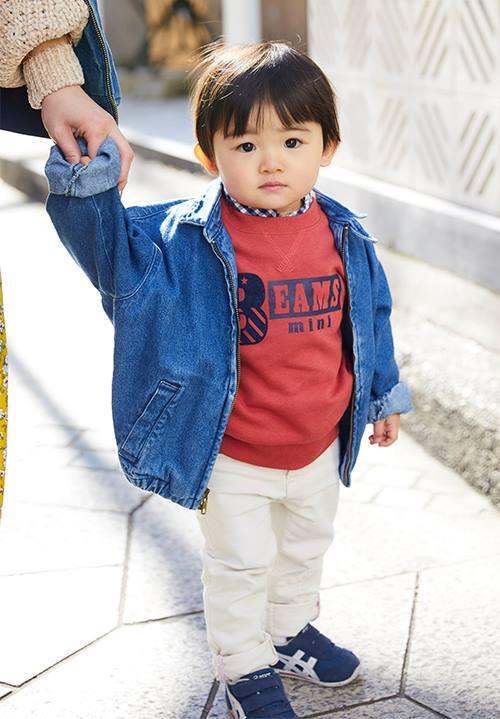 kidsはデニムジャケットを主役にしたアイビールック。<br /> 白のパンツで紳士的なムードに格上げ☆&#8221; /></p> <p class=