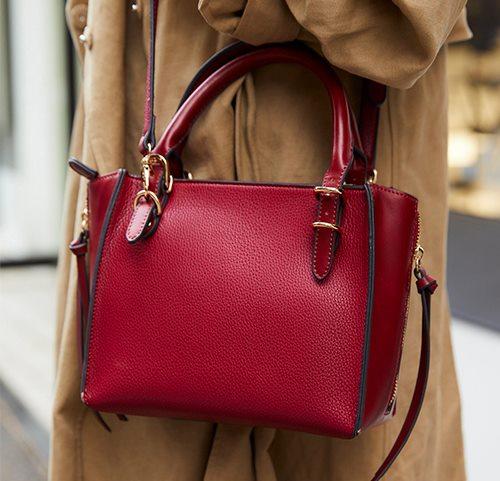 赤いバッグを1点投入して華やかなアクセントをプラス♪