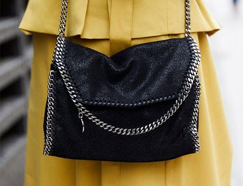 ギンガムチェックのブラウス×刺繍入りのサロペットを合わせて、ガーリーな春スタイルの完成♡