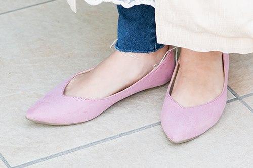 足元はピンクのパンプスを選んで女性らしさを演出♡
