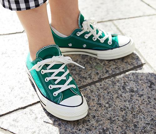 足元にはグリーンのオールスターをチョイス。<br>モノトーンな装いにアクセントをつけて。