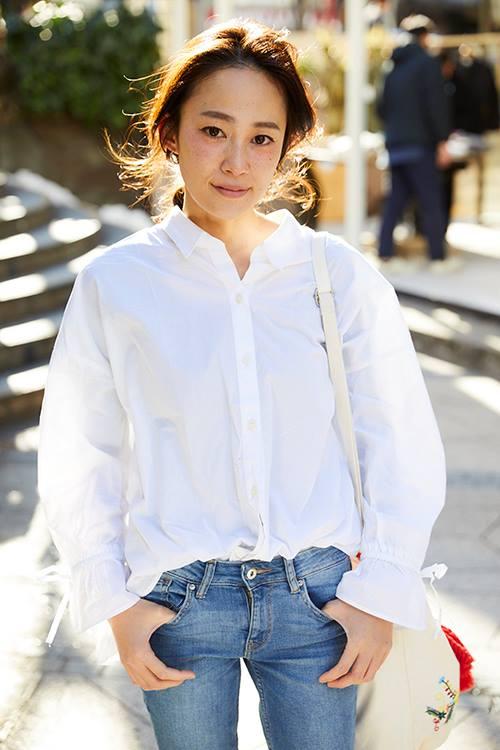 オーバーサイズシャツを主役にして、ゆったりとした女性らしさを演出!/></p> <p class=
