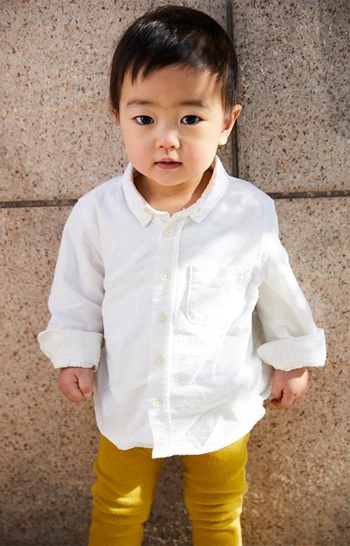 白シャツ×マスタードイエローのパンツの組み合わせで、メリハリのあるカラーリングに☆