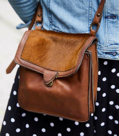 素材感や風合いが味わい深いレザーバッグを選んで、こなれ感を後押し!/></p> <p class=