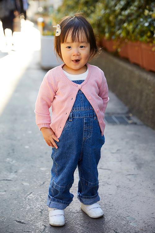 キッズはデニムのサロペットを選んだやんちゃスタイル☆<br /> ピンクのカーディガンを羽織って女の子らしさも添えて。&#8221; /></p> <p class=