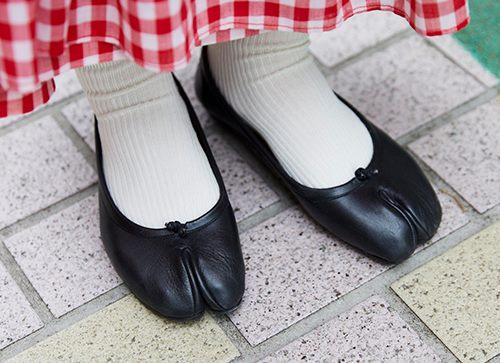 足元には足袋シューズを選んでモードな雰囲気を注入!
