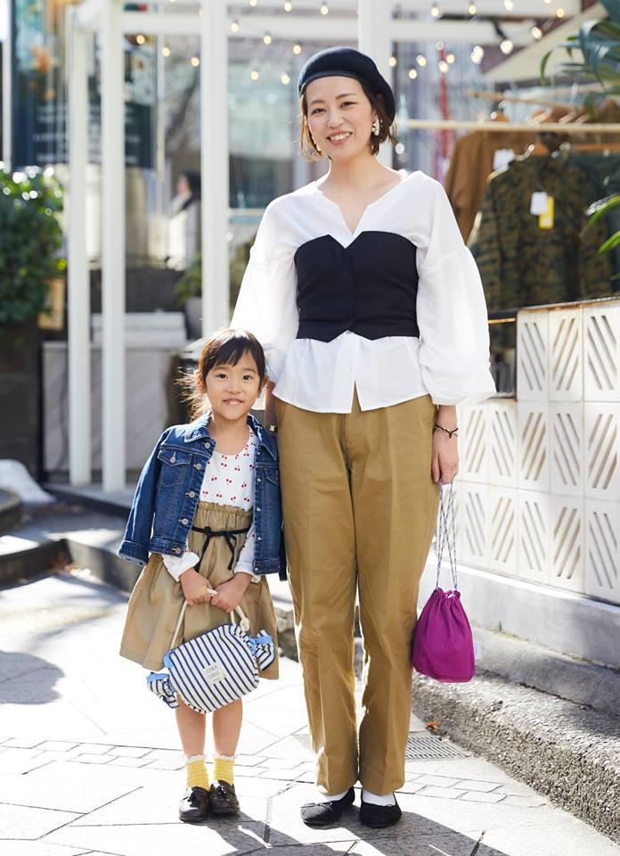 """シフォンシャツにビスチェを合わせてメリハリを。ママはボトムス、キッズはスカートにチノ素材を合わせて仲良くテンションを統一。"""""""