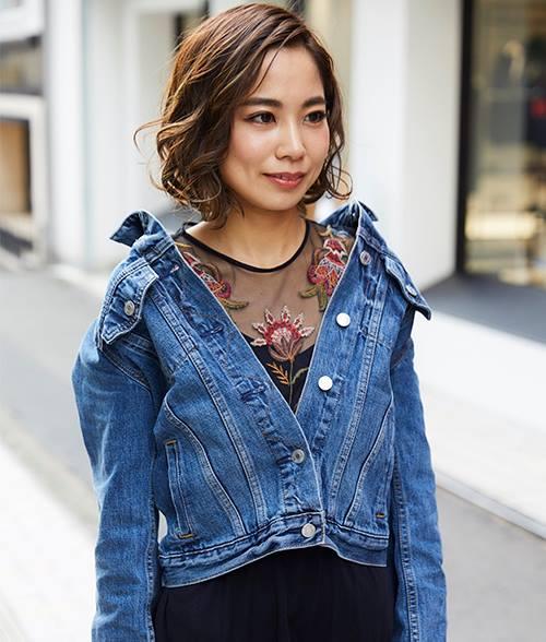 花柄刺繍とレースが施されたワンピースにデニムジャケットを羽織って甘辛MIXに♪/></p> <p class=