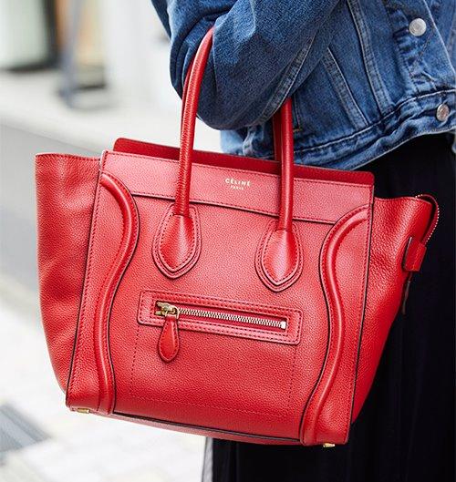 鮮やかな赤いバッグを選んでコーデのスパイスに!