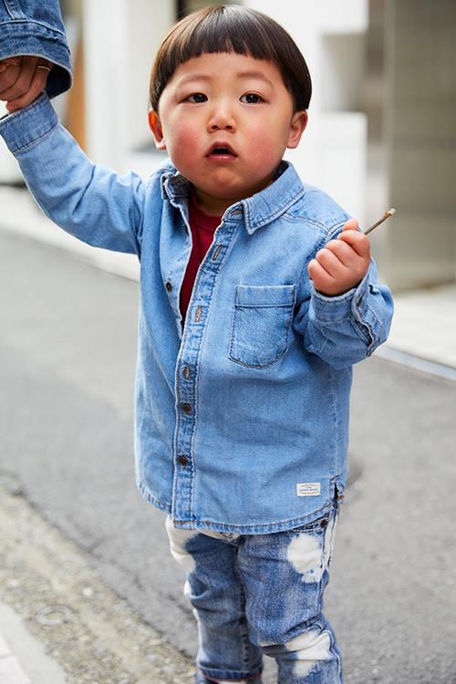 キッズはデニムonデニムのモダンスタイル。<br /> インナーには挿し色として赤いTシャツをチョイス☆&#8221; /></p> <p class=