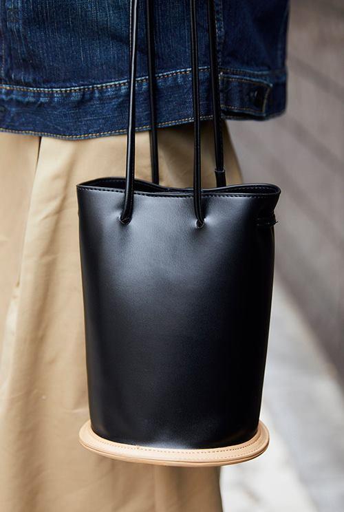 レザーのバケツ型バッグを選んで、大人っぽく上品な印象に♪/></p> <p class=