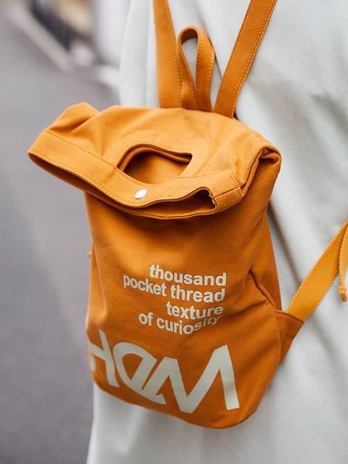 キャメルカラーのバッグを選んでナチュラルな印象に。/></p> <p class=