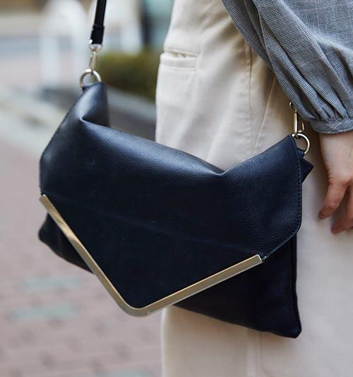 ネイビーのバッグを選んでクールな印象に♪/></p> <p class=