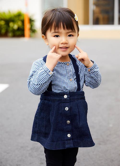 キッズはギンガムチェックのシャツにスカートを合わせてガーリーな雰囲気に♡