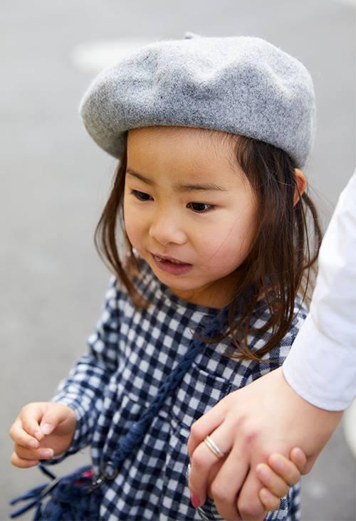 キッズはギンガムチェックのワンピースにベレー帽を合わせてガーリーに仕上げ。