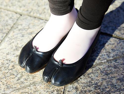 マルジェラの足袋シューズを合わせてモードな雰囲気に。/></p> <p class=