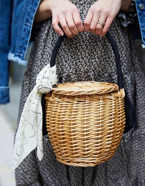 小ぶりなカゴバッグを選んでアクティブな雰囲気に♡/></p> <p class=