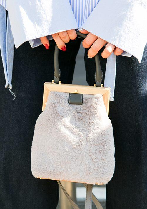 起毛素材のバッグを選んでエレガントな雰囲気に。/></p> <p class=