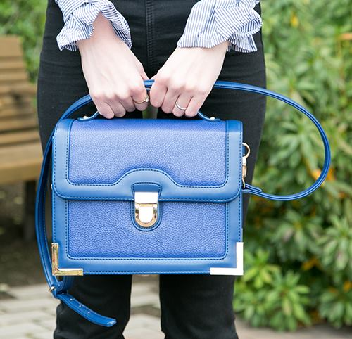 ブルーのバッグを合わせて爽やかなムードに♪/></p> <p class=