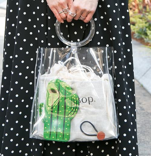 スケルトンのミニバッグを選んで爽やかな雰囲気に!/></p> <p class=