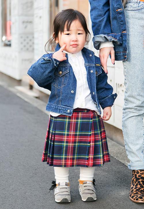 ガールはチェック柄のスカートを合わせてロンドンガール風に♡