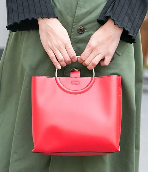 発色のよい赤いバッグがコーデの挿し色に♪/></p> <p class=