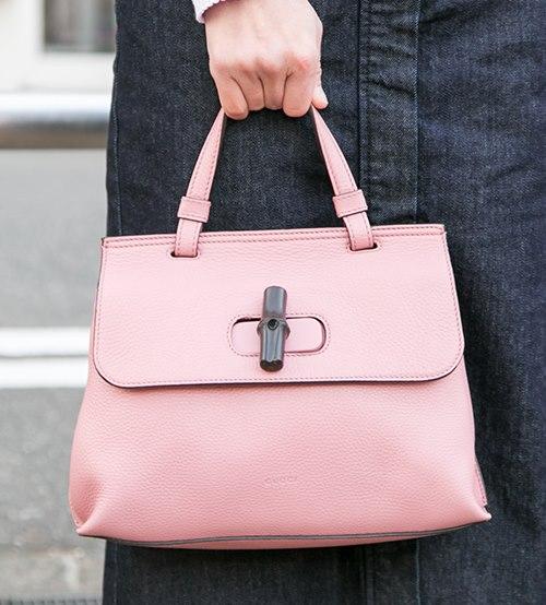 ピンクのバッグを選んでガーリーなスパイスをオン♪/></p> <p class=