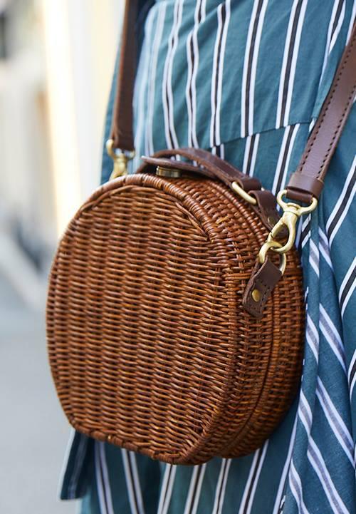丸型のカゴバッグを選んでコーデに抜け感を演出♪/></p> <p class=