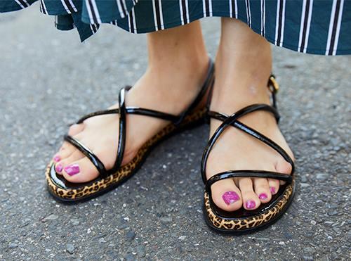 足元にはレオパード柄のサンダルをチョイス。<br /> ピンクのネイルとも好相性!&#8221; /></p> <p class=