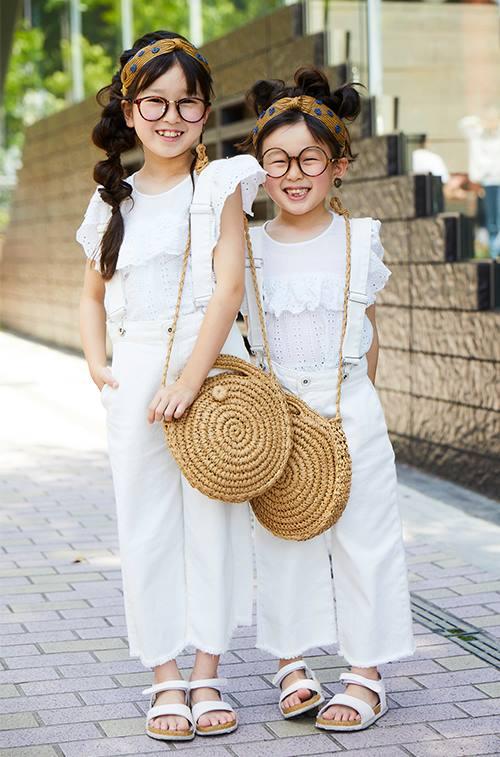 姉妹はオールホワイトの清楚な装い。<br /> ヘアアクセやバッグなどを挿し色にしてこなれた雰囲気に♡&#8221; /></p> <p class=