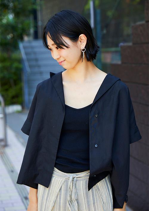 黒の開襟シャツを選んでトレンド感を後押し!/></p> <p class=